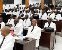 Les députés exigent 17 ministères